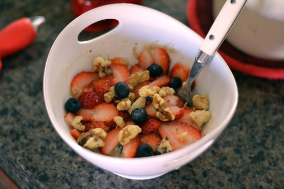 Berry walnut protein oatmeal - Are you eating breakfast?  Find out why this meal is definitely not the one to skip! hhmomma.com